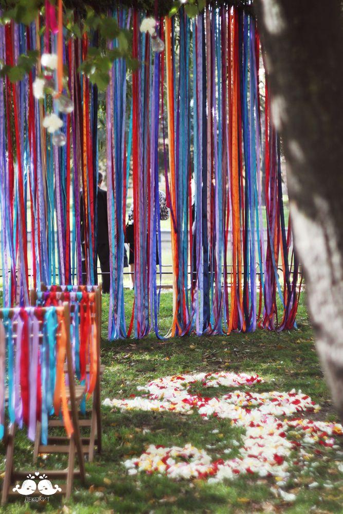 Выездная церемония с декором лентами.  Фотограф Юнона Коваль. Организация Royal Berry/ cute green wedding ceremony wihn colorful ribbons♥ /Details: http://wedding.decokit.ru/portfolio/svadebnyj-dekor/yarkaya-yagodno-lesnaya-svadba