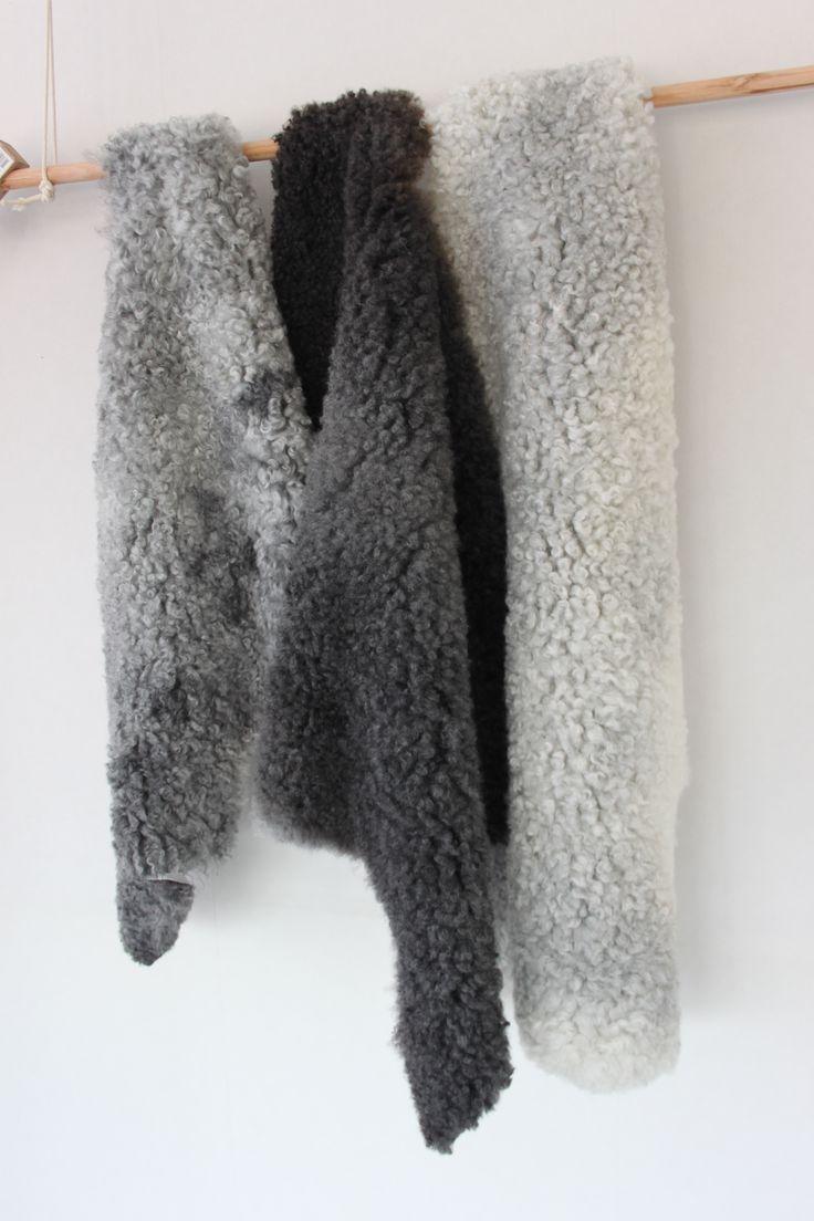 Grijze schapenvacht, grey sheepskin. Dutchskins. #interieur #interior #home #living #sheepskin #schapenvacht #wonen