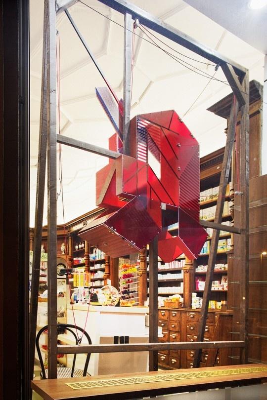 """Schaufenstergestaltung in Berlin, Studienprojekt UdK Berlin mit Sarah Illenberger // """"Im Fenster der Apotheke zum Goldenen Einhorn schlägt jetzt ein Apotheken-A wie ein Herz im Schritt der Passanten."""""""
