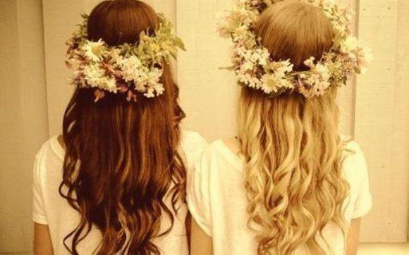 Ao compor seu look , aproveite para usar uma coroa de flores no cabelo (tendência!). Logo na entrada da festa, distribua tiaras e colares de flores para as convidadas entrarem no clima do luau