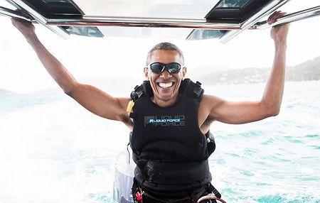 英領バージン諸島でカイトサーフィンを楽しむオバマ前米大統領=7日公表(AFP=時事)