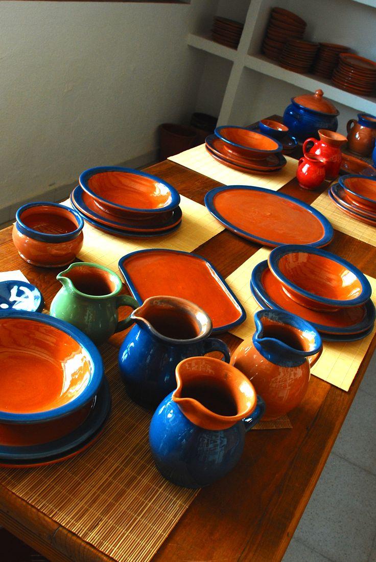 Platos, jarras, bandejas de barro, engobe azul. Alfarería Velasco Gascón.