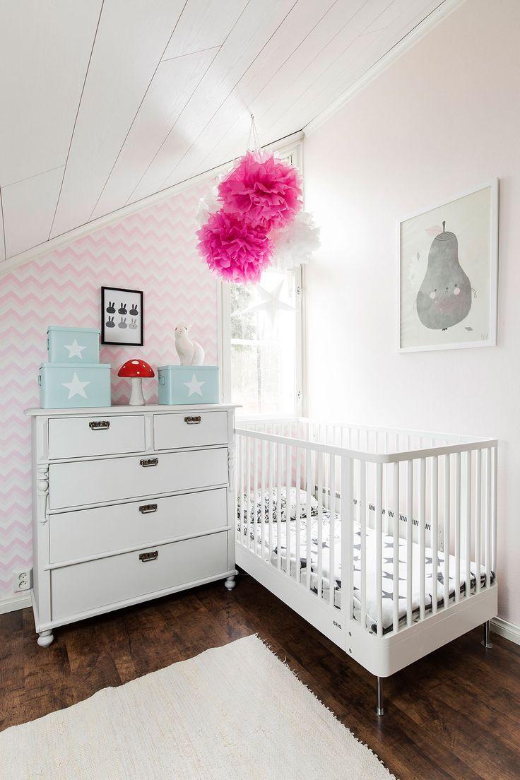 Lastenhuoneeseen saatiin lisää tilaa, kun lelut siirrettiin aulan kaappeihin. Nyt lastenhuoneessa nukkuvat molemmat tytöt.