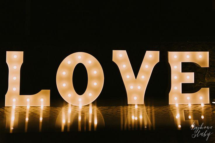 świetlny biały napis love na wesele / oryginalny wzór / wynajem / fot. Bajkowe Śluby