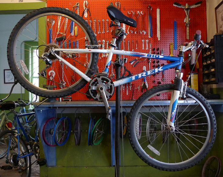 Name: Trek Singletrack 810 Type: Mountain Speed: 21 (3x7) Size: 13 in An awesome modern mountain bike for smaller riders!  Grip shifters, threadless suspension fork, and V-brakes.