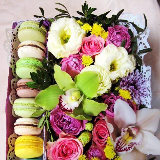 Цветочная коробочка с нежным печеньем macarons. Одна цветочная коробочка подарит сразу несколько удовольствий.... прекрасные цветы, их чудесный аромат и восхитительно нежные печенья для вечернего чаепития. В заказе вы можете указать свои предпочтения по цветовой гамме.
