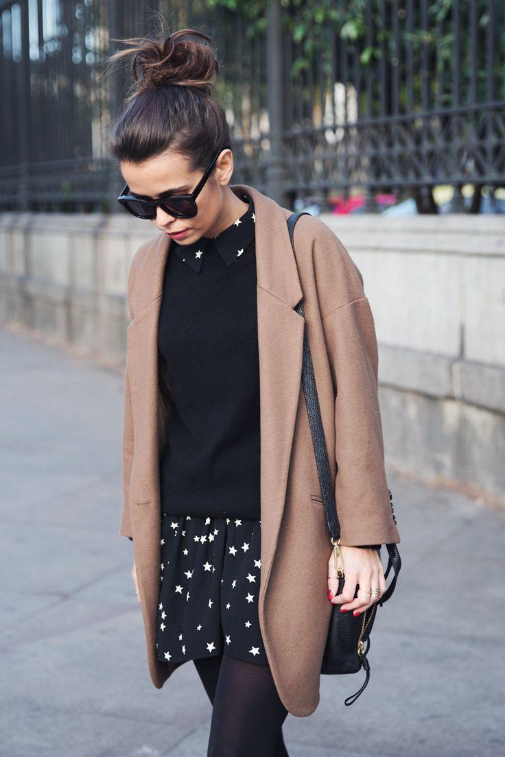 Manteau camel et robe noire, détail blanc