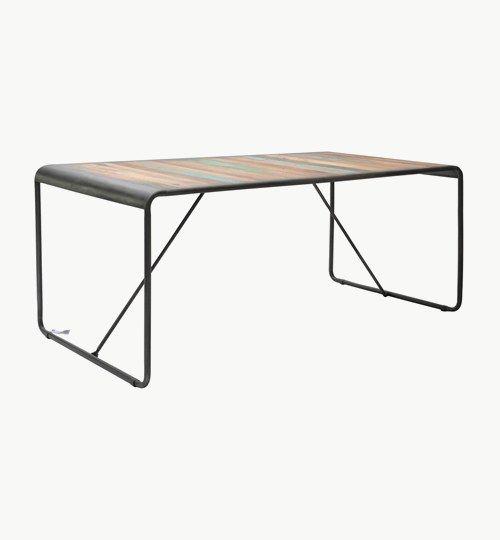 Java matbord i storlek 180x90x76 cm, färg natur. Matbordet kommer från en väldigt unik serie möbler. Alla Java möblerna är nämligen tillverkade i virke/trä som är återvunnet från gamla båtar. Man har låtit virket genomgå en torkningsprocess för att öka livslängden på virket. Detta gör att ingen möbel blir den andra 100 % lik. Man har valt att lägga virket på en stadig metallställning, detta för att fortfarande ha kvar den speciella båtkänslan. #azdesign #matbord