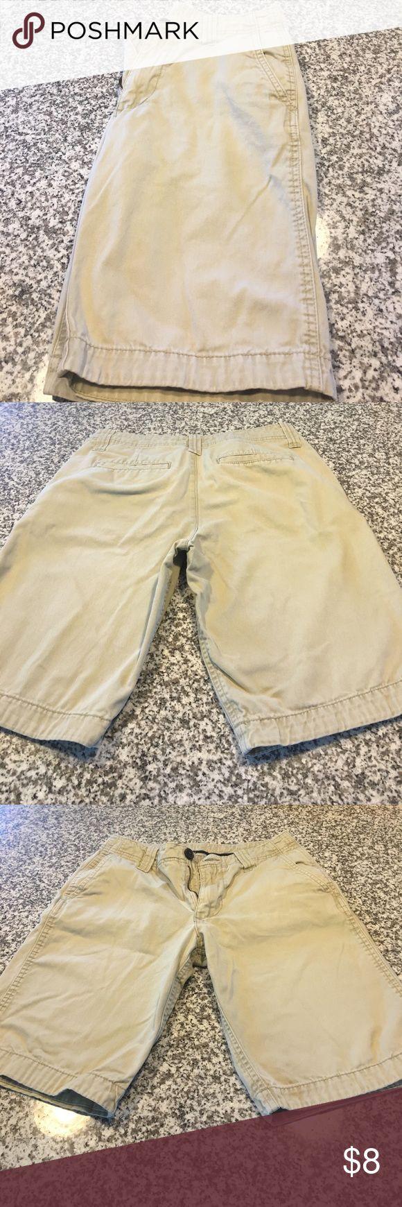 Men's cream shorts. Size 27 Men's flat front cream shorts with front pockets. Shorts Flat Front