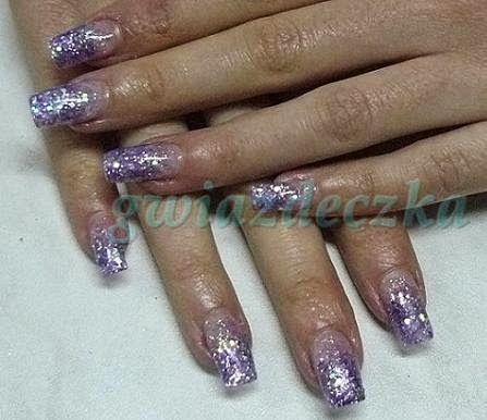 Fioletowe paznokcie żelowe ozdobione brokatem http://esteraowczarz.blogspot.com/2014/04/paznokcie-fioletowe-i-rozowe-wzory.html