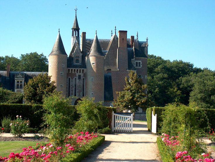 le moulin chateau france   ... Châteaux de la Loire Château du Moulin - Lassay sur Croisne - France