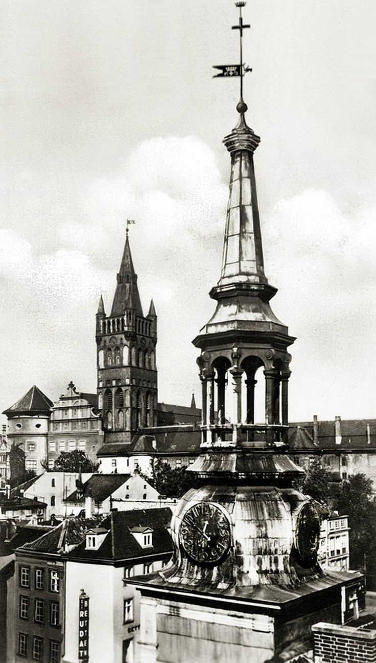 Шпиль альтштадтской ратуши:    A beautiful copper-clad baroque steeple, and the upper-works of the cathedral seen over the rooftops. Jeff