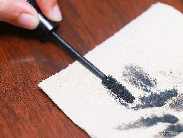 Depois de aplicar a máscara de cílios (e deixá-la secar por um minuto), escove seus cílios com um pincel de máscara de cílios limpo. | 24 segredos de beleza que você precisa muito saber