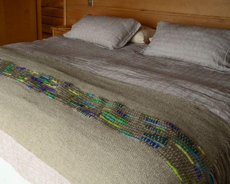 Piecera 100% lana de oveja con embarrilado en colores frios, tejida en telar