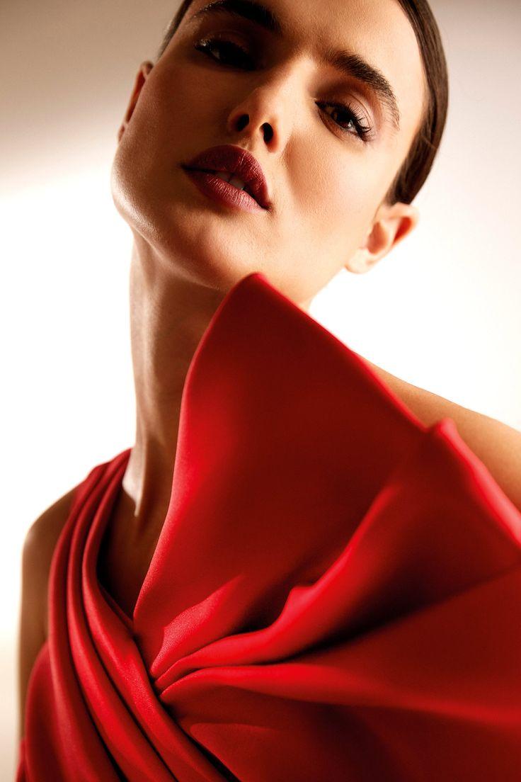 Este año ha sido todo menos típico, así que la novia que se case en 2020 tiene licencia para hacer casi cualquier cosa, como usar vestidos de novia rojos . Elegant, Formal Dresses, Fashion, Boyfriends, Classy, Dresses For Formal, Moda, Formal Gowns, Fashion Styles