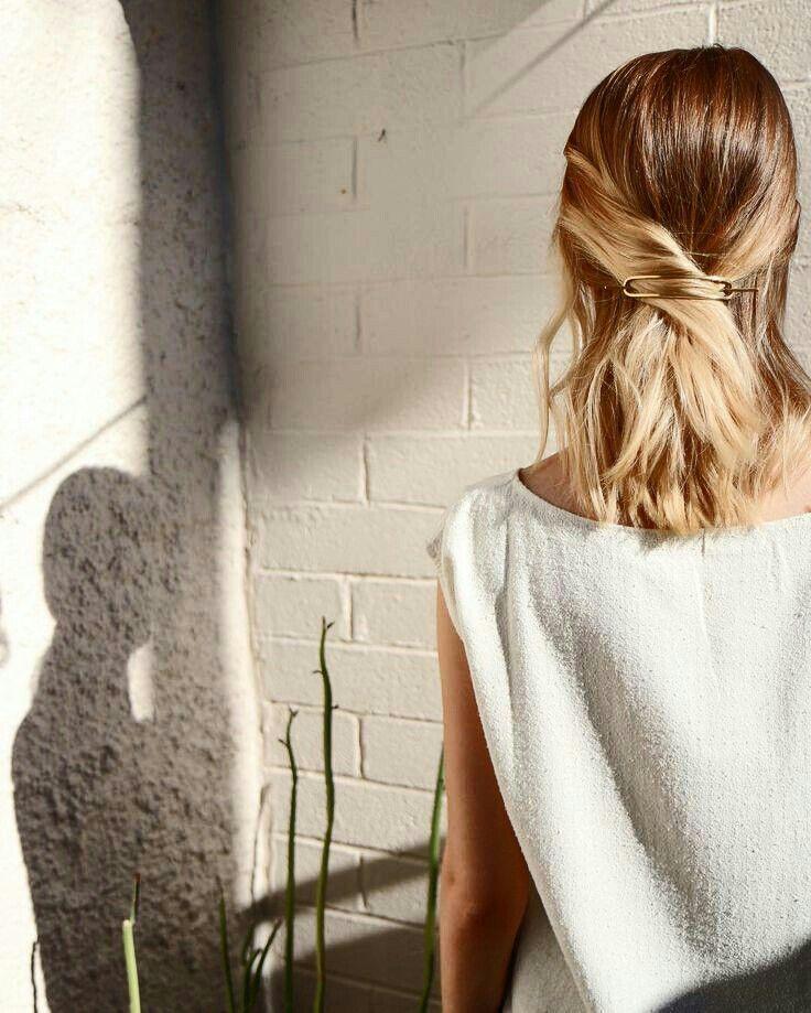 Haarspangen-Accessoires, goldene Haarspange, schicke, schlichte Frisur Weitere Inspirationen zu Stil und Outfit erhalten Sie unter www.HerFashionedL ...