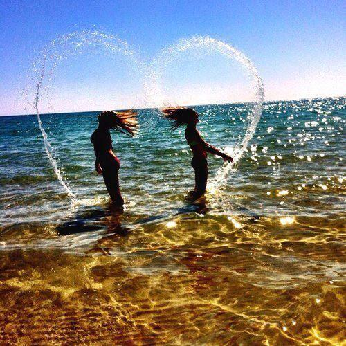 Urlaubsbild für Freundinnen. Die gemeinsame Reise ans Meer sollte angemessen festgehalten werden. Mit diesem tollen Urlaubsbild formen die Haare ein Herz aus Wasser. – Reiseziele
