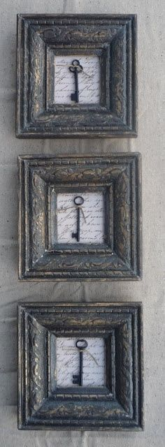 Original cuadros con llaves. Original idea para decorar una pared de casa. 3 cuadros con marcos grises con 3 grandes llaves de puertas antiguas sobre fondo de papel escrito a mano. The best of pinterest