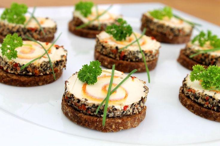 Als Fingerfood werden die leckeren, handlichen und trendigen kleinen Snacks beschrieben, die bei Groß und Klein bei Parties und Feiern sehr beliebt sind.