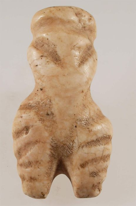 Figurine en pierre de Pietrele - culture Cucuteni-Trypillia deuxième figurine de pierre trouvée dans Pietrele et, troisième en Roumanie ! D'autres représentations en argile comprennent des modèles de maisons, des tables et beaucoup d'autres. La quantité d'objets en os et bois de cervidé est particulièrement élevé -4400 -4250 avant J.C.