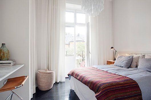 Dormitorio con suelo negro