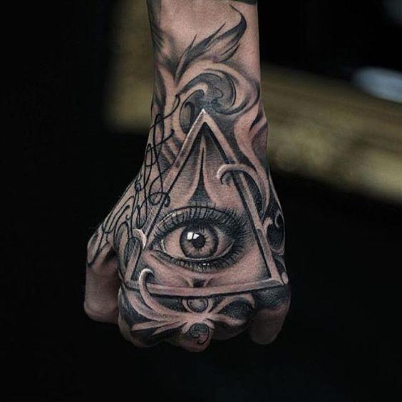 Tatuagem na mão olhos na pirâmide