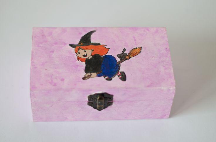 Caja Brujita, fondo lila con esponja, rectangular.   Interior lila con purpurina plateada. Totalmente pintada a mano. medidas: 14x10x8