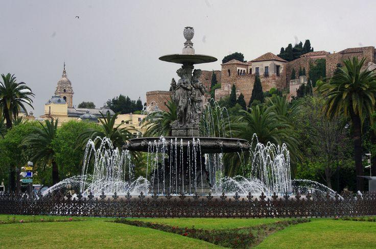 Fuente de las Tres Gracias. Plaza de Torrijos con Alcazaba, Catedral y Ayuntamiento al fondo.