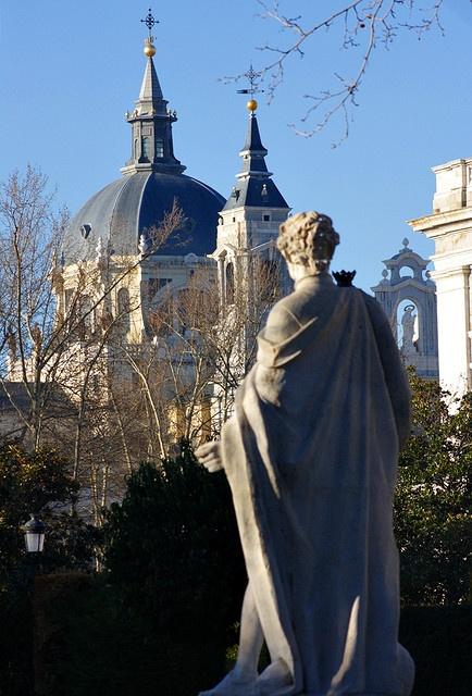 Un rey contempla las cúpulas y torres de la Catedral de la Almudena desde los Jardines Cabo Noval. Madrid