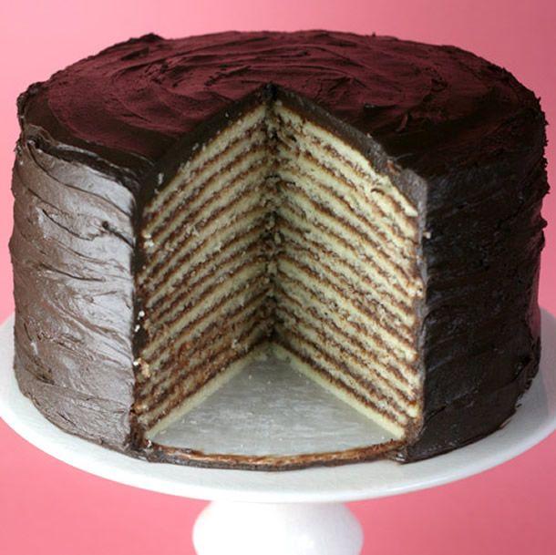 Receita de como fazer bolo de rolo para festa com camadas bem fininhas de massa e recheio de chocolate.