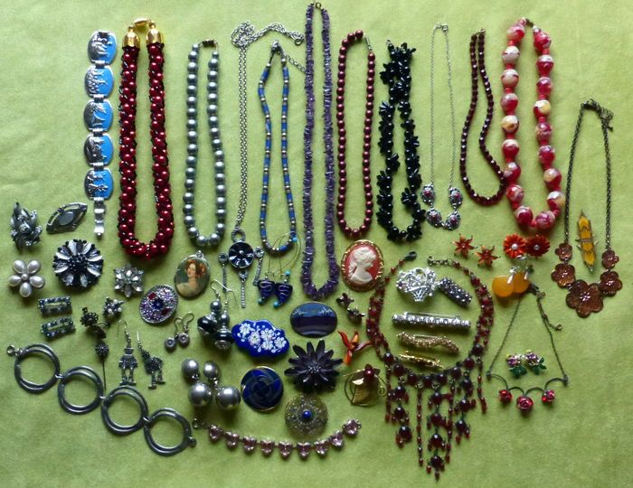 € 160,-  52 sieraden - kettingen, broches, oorstekers - amethist, lapis, emaille e.a.