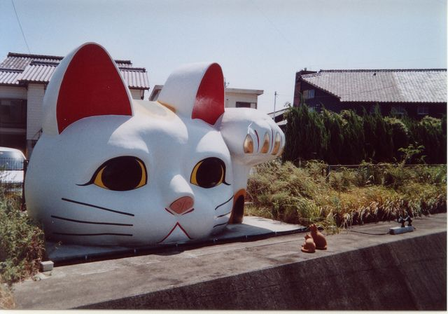 This large maneki neko statue is located in Tokoname, a city whose traditional industry is ceramic and that is well-known for its maneki neko sculptures.