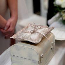 Matrimonio nelle Langhe | Wedding in the Langa | Cuscino fedi. Wedding designer & planner Monia Re - www.moniare.com | Organizzazione e pianificazione Kairòs Eventi -www.kairoseventi.it | Foto Photo27