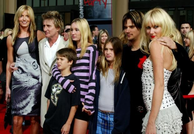 Singer Rod Stewart, his wife Penny Lancaster (L) and his children Liam Stewart, Ruby Stewart, Renee Stewart, Sean Stewart and Kimberley Stewart attend the 31st Annual American Music Awards at The Shrine Auditorium November 16, 2003 in Los Angeles, California. (Photo by Kevin Winter/Getty Images)
