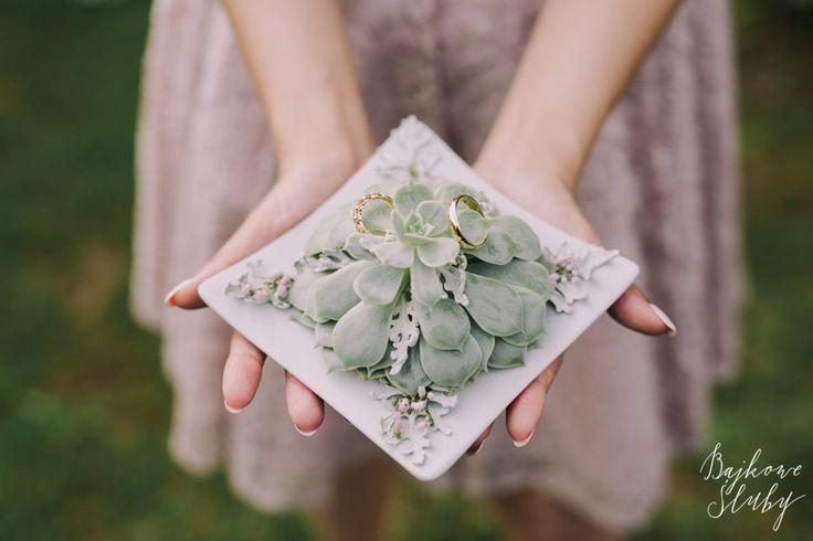poduszka na obrączki / sukulent / fot. Bajkowe Śluby