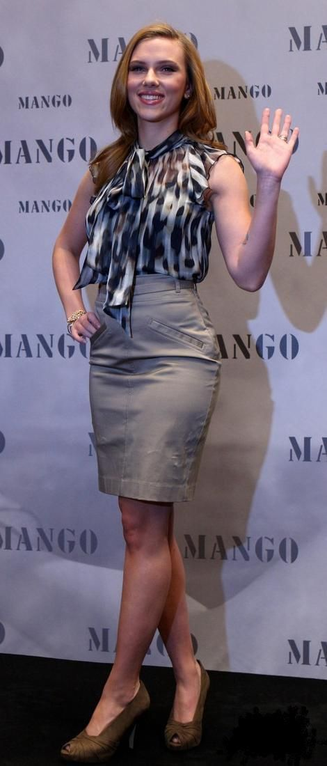 Who made Scarlett Johansson's tan skirt and bow shirt that she wore while presenting the 2010 Winter Mango collection? Skirt and Shirt – Mango