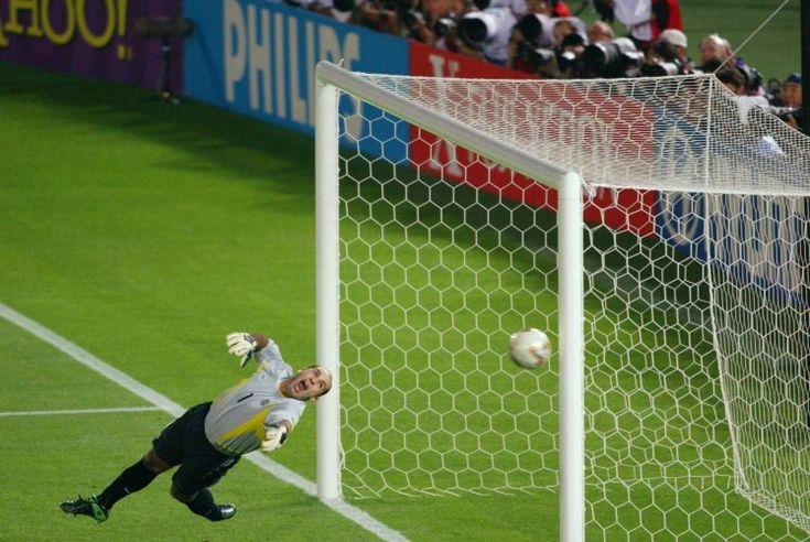 Copa de 2002 - A bola bate na trave do goleiro Marcos após cobrança de falta no segundo tempo do jogo contra a Alemanha