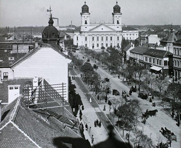 Piac utca, szemben a Református Nagytemplom.