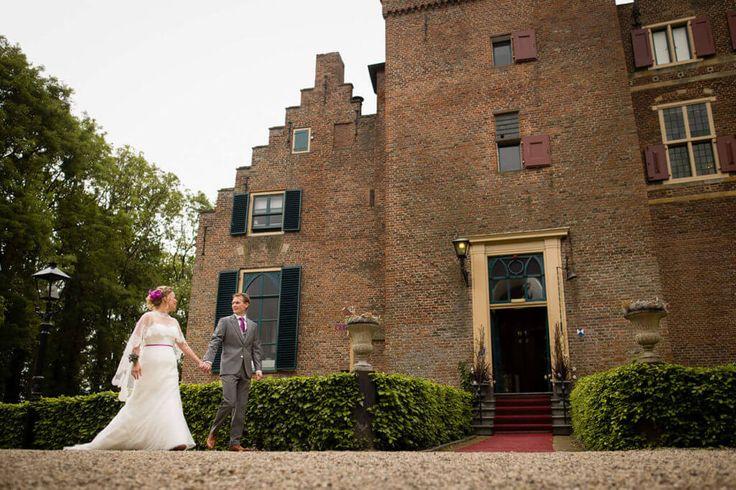 Midden in de Betuwe, in Echteld, staat dit mooie #kasteel. Deze #trouwlocatie is een echte aanrader om jullie #trouwdag te gaan beleven.   #trouwen #trouwtip #bruidsfotografie