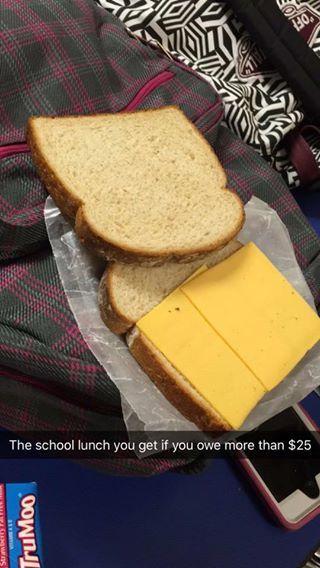 En Estados Unidos, los niños están obligados a comer en su colegio o instituto. Pueden llevarse la comida de casa, o pueden pagar el comedor escolar. Pero a pesar de que la educación es gratuita en edad escolar, muchos padres no pueden hacerse cargo del gasto alimenticio de sus hijos, así que terminan