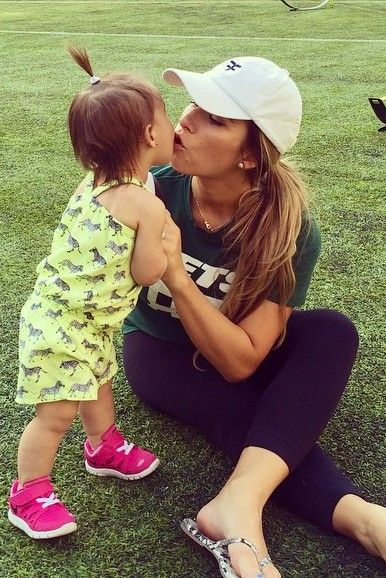 Jessie James Decker wearing Gap Leather Flip Flops in Black Snake and New York Jets Eric Decker Green Primary Gear Name & Number T-Shirt