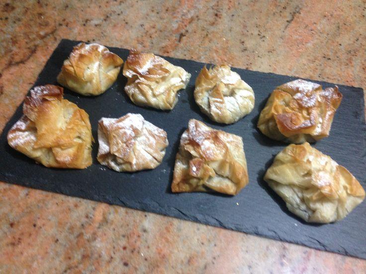 Saccottini di pasta phillo con Nutella e nocciole tritate