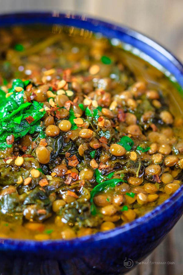 [Dit is die lekkere spinazie linzen soep die ik maakte) Mediterranean Spicy Spinach Lentil Soup Recipe| The Mediterranean Dish. A nutritious, flavor-packed lentil soup that comes together in minutes. Following the Mediterranean diet is easy with meals like this lentil soup!