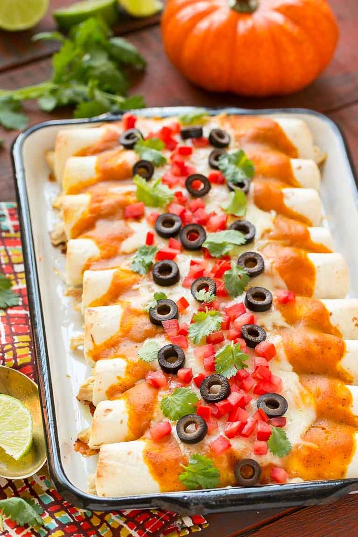 These chicken enchiladas with pumpkin sauce are a delicious alternative to the standard enchiladas.