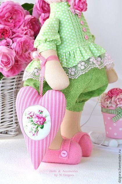 Купить или заказать Влюблённая в розы в интернет-магазине на Ярмарке Мастеров. В коллекции 'Beautiful Garden' - новая зайка - Влюблённая в розы. Ростом около 50 см вместе с ушками, сшита из плотного хлопка, наполнена холлофайбером. Одета в хлопковую блузочку, украшенную нежным французским кружевом и фланелевые штанишки с манжетами. Обута в фетровые башмачки. В одёжке этой зайки использовано чудное сочетание салатовых и розовых оттенков.