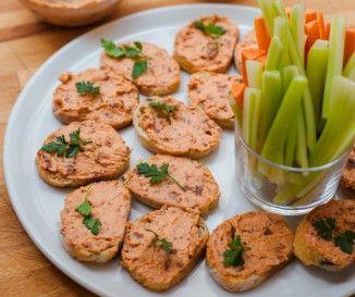 Egy finom Tejszínes hagymaleves pirított kenyérrel és sajttal ebédre vagy vacsorára? Tejszínes hagymaleves pirított kenyérrel és sajttal Receptek a Mindmegette.hu Recept gyűjteményében!