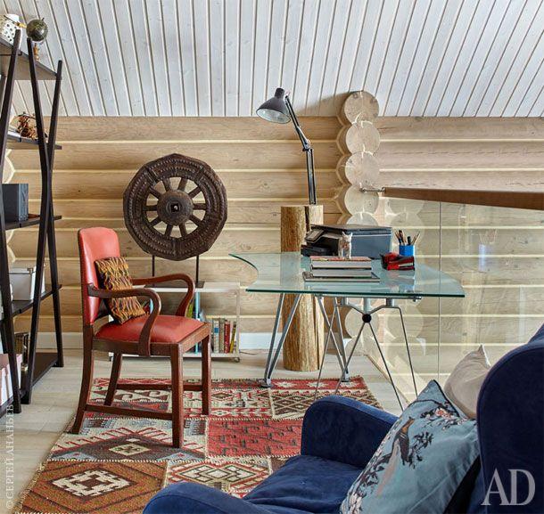 На балконе над гостиной организован кабинет. Здесь установлены стеллажи Meritalia, кресло Meridiani и винтажный стул. Ковер…