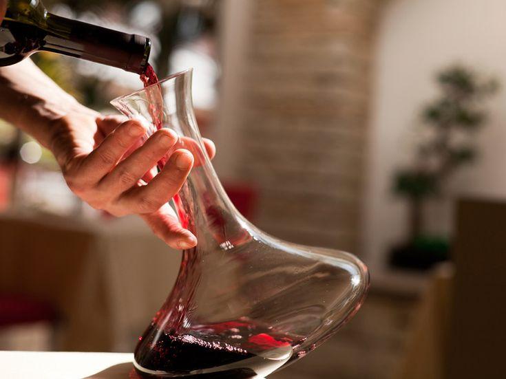 El vino también necesita respirar - http://www.bodegaslapurisima.com/el-vino-tambien-necesita-respirar/ La técnica de decantar es muy sencilla, y puede mejorar notablemente el sabor y aroma de un vino. Se utiliza para separar el vino del sedimento dejándolo en el decantador, un recipiente especial que además de desechar los sedimentos logra airear el vino logrando así que, especialmente los vinos t...  #Decantar, #Vino