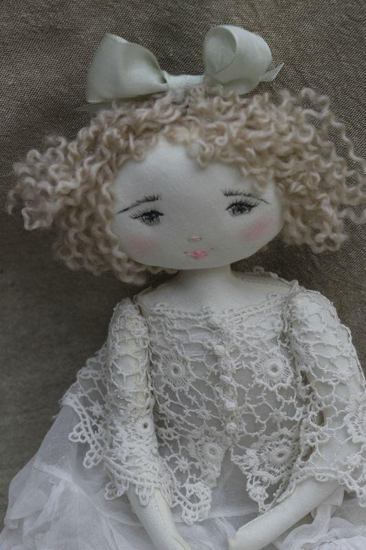 Cloth Art Doll pinned from 'Les Jardin des Farfalous' website.