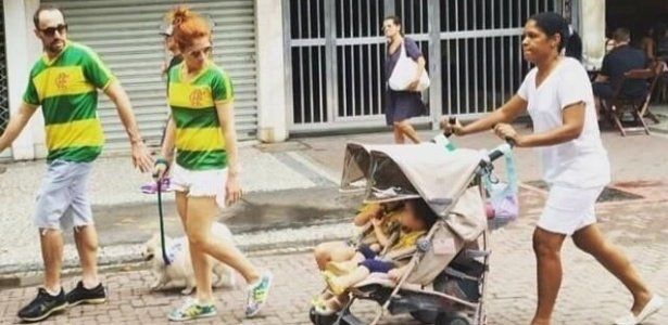 Família de foto com a babá e as crianças nas manifestações rebate críticas Foto de casal com duas crianças e a babá negra